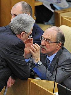 Член комитета Государственной думы (ГД) России по энергетике Владимир Пехтин (справа) на заседании Госдумы