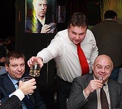 Бывший капитан милиции Максим Каганский (в центре) во время празднования своего Дня рождения