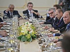 Председатель правительства России Владимир Путин (справа) на встрече с политологами. Встреча прошла в Ново-Огарево