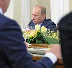 Председатель правительства России Владимир Путин (в центре) на встрече с политологами. Встреча прошла в Ново-Огарево