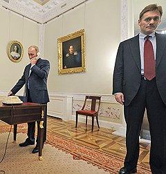 Председатель правительства России Владимир Путин (слева) и пресс-секретарь правительства России Дмитрий Песков (справа)
