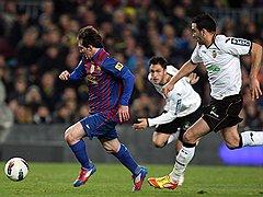 """Защитники """"Валенсии"""" так и не смогли угнаться за лидером """"Барселоны"""" Лионелем Месси (с мячом)"""