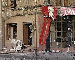 Последствия взрыва автомобиля на улице Дахадаева в Махачкале