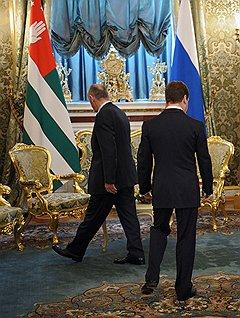 Президент республики Абхазия Александр Анкваб (слева) и президент России Дмитрий Медведев (справа) во время встречи в Кремле