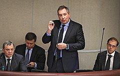 Заместитель министра промышленности и торговли России Юрий Борисов (слева), вице-премьер России Дмитрий Рогозин (в центре), заместитель министра промышленности и торговли России Денис Мантуров (справа) во время заседания Государственной думы