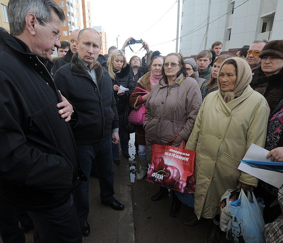 Председатель правительства России Владимир Путин (второй слева) на месте обрушения подъезда девятиэтажного жилого дома в результате взрыва бытового газа