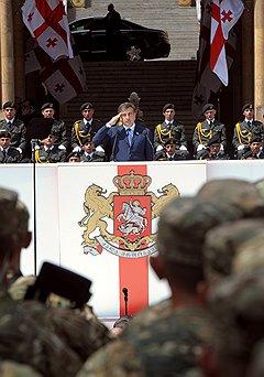 Президент Грузии Михаил Саакашвили (в центре) во время военного парада, посвещенного 20-й годовщине Дня независимости Грузии