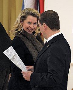 Выборы президента России. Президент России Дмитрий Медведев с супругой Светланой Медведевой на избирательном участке во время голосования