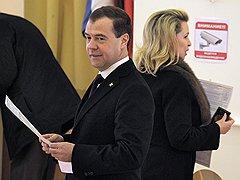 Действующий президент Дмитрий Медведев также выполнил свой гражданский долг, опустив в урну для голосования свой бюллетень с именем одного из кандидатов
