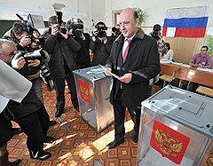 II тур выборов главы города Ярославля. Кандидат на пост главы города Ярославля Яков Якушев (справа) на избирательном участке во время голосования