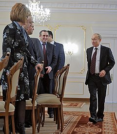 Председатель правительства России Владимир Путин (справа) на встрече с членами координационного совета Общероссийского народного фронта (ОНФ) в Ново-Огарево