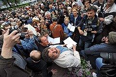 На призыв писателей, среди которых был Дмитрий Быков, прогуляться, откликнулись тысячи читателей