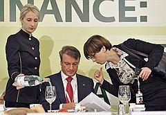 Председатель правления Сбербанка России Герман Греф (в центре) и главный экономист Сберегательного банка России Ксения Юдаева (справа)