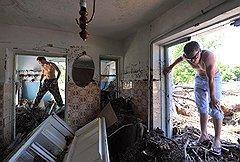 Разбирать завалы пострадавшим от наводнения помогают волонтеры