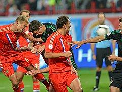 Не показав впечатляющей игры, сборная России (в красной форме) тем не менее взяла важные три очка на старте отборочного турнира