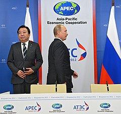Перед встречей с гостеприимным хозяином саммита премьеру Японии Ёсихико Ноде пришлось тесно соприкоснуться с гостеприимством русских журналистов