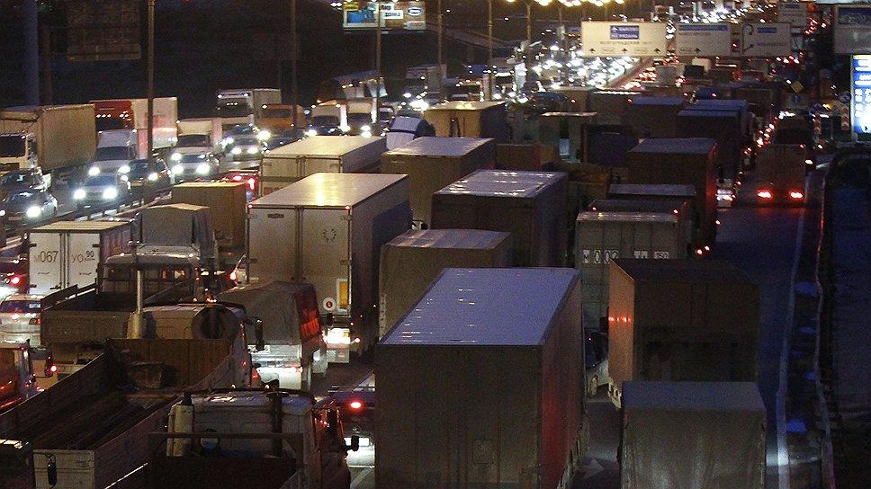 По данным мэрии Москвы, ежедневно из регионов в столицу приезжает 40 тыс. грузовиков, а 30% всего автопотока на МКАД составляют  большегрузы