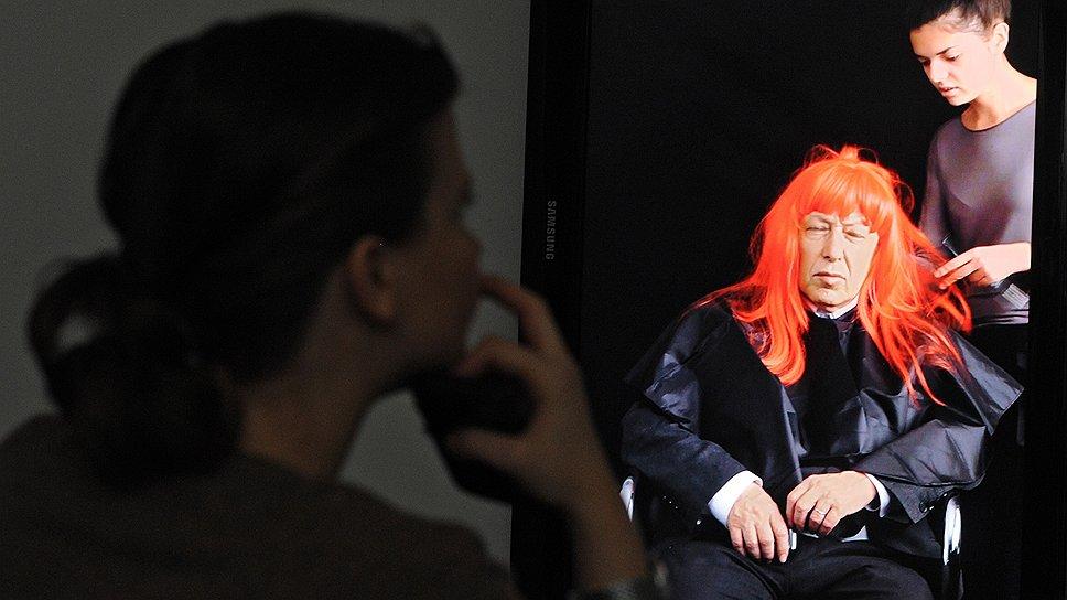 """В работе """"Мастерская"""" Антонина Баевер обслуживает влиятельных людей из мира искусства (на фото — Иосиф Бакштейн), исполняя роль парикмахера"""