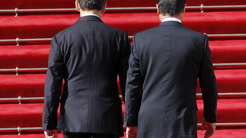 Тень ушедшего президента Франции Никола Саркози (слева), похоже, не дает покоя президенту нынешнему — Франсуа Олланду (справа)