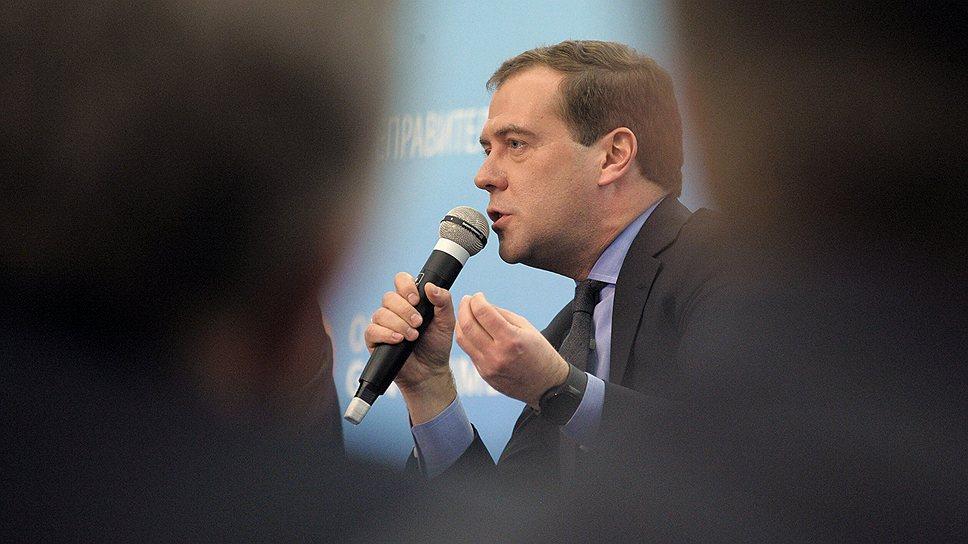Премьер-министр Дмитрий Медведев должен выбирать, кому нравиться больше: потребителям розничных кредитов или промышленному лобби