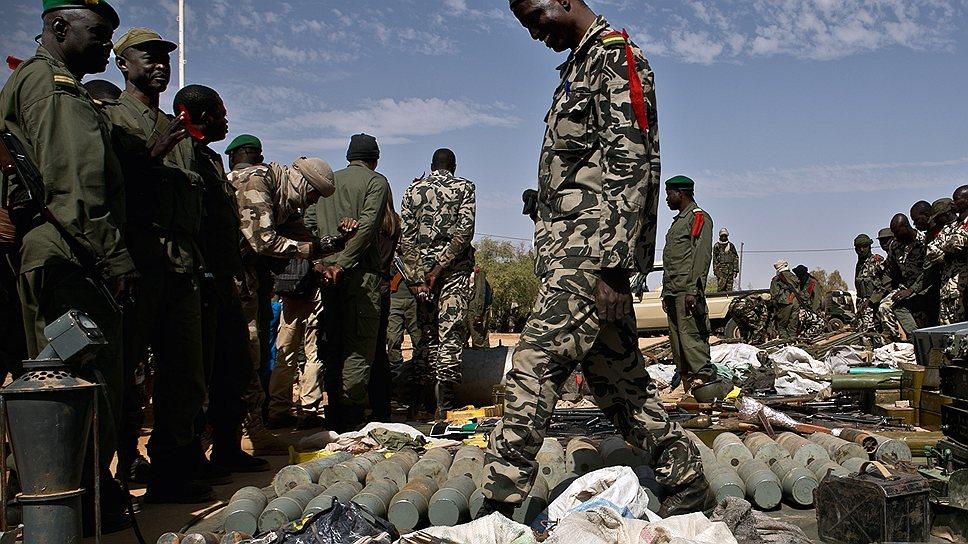 Оружие у боевиков отбивают французские и чадские войска, а принимают его солдаты армии Мали