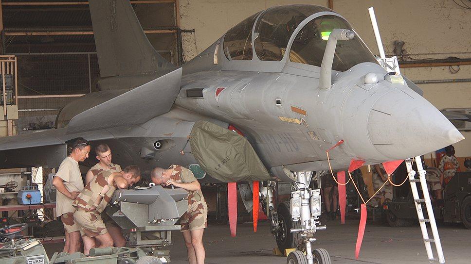 """Через несколько часов этот """"Рафаль"""" вылетит с базы Аджи-Коссей на север Мали. Чтобы выполнить боевое задание, понадобится пять дозаправок"""