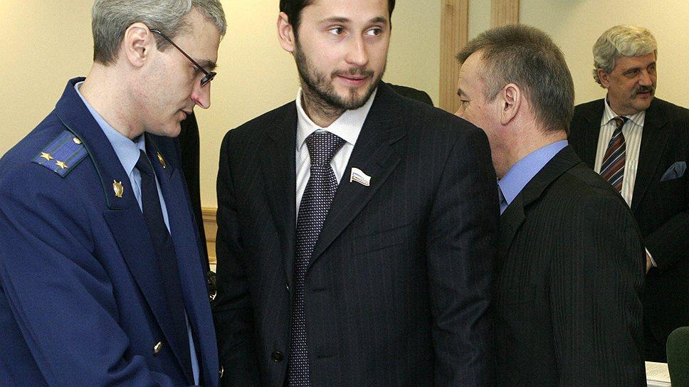 Сергея Кравченко (в центре) в преднамеренном банкротстве обвинили заочно