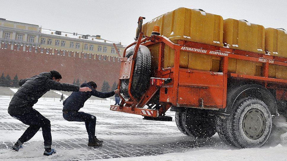 Февральская погода и аномальный снегопад в Москве зацепились еще на месяц