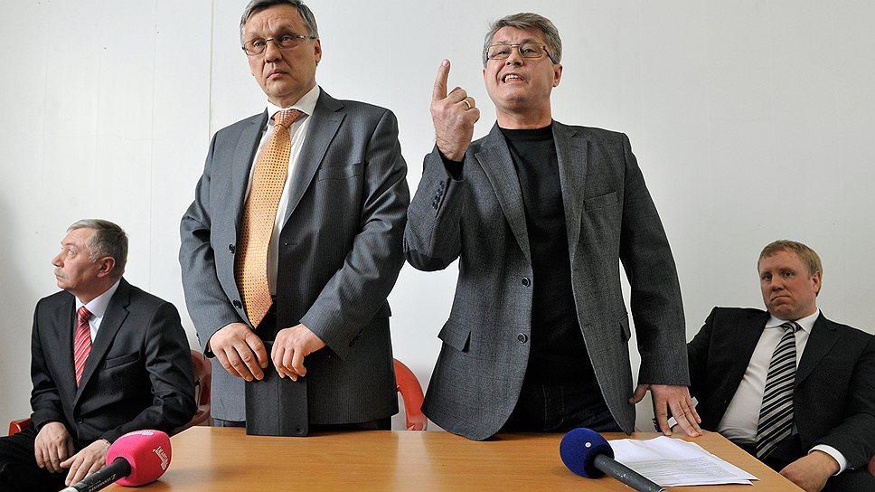 """Игорь Новиков (второй слева) будет оспаривать итоги выборов мэра Жуковского в суде, а выигравший выборы Андрей Войтюк (крайний слева) считает,  что """"проигрывать надо достойно"""""""