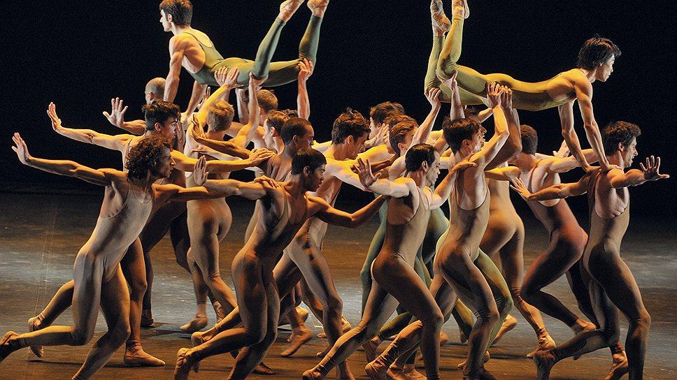 """Мужской кордебалет Bejart Ballet Lausanne оказался главным источником первобытной энергии """"Весны священной"""""""