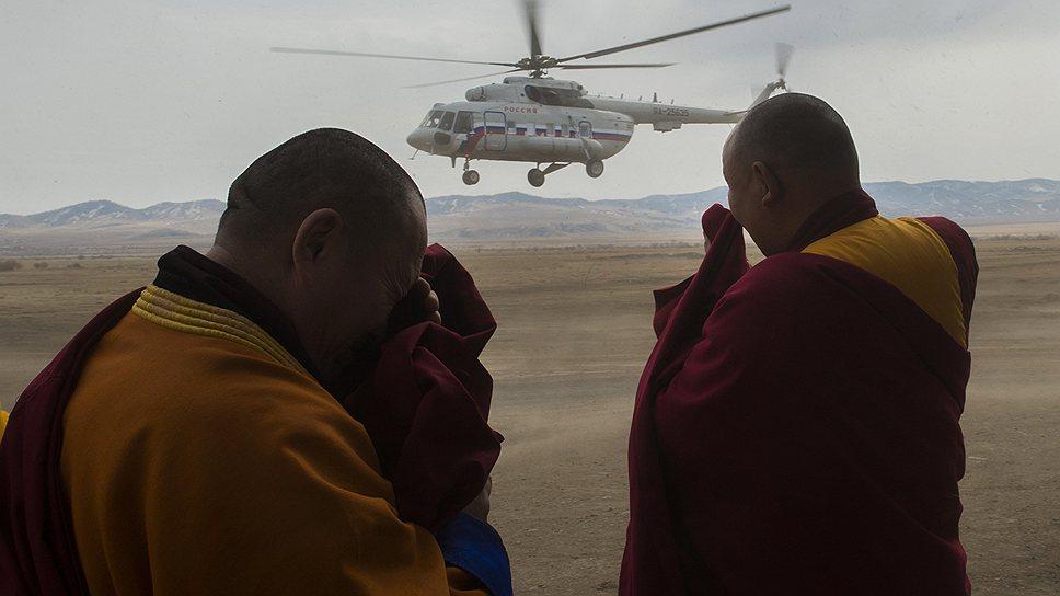 Монахи провожали вертолет Владимира Путина недетским восторгом, этот восторг можно было сравнить только с тем, как они встречали Владимира Путина