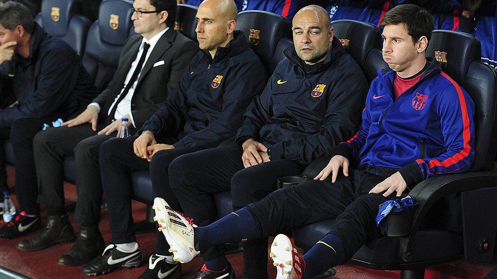 """Травмированному Лионелю Месси (крайний справа) все же пришлось выйти на поле — чтобы вывести """"Барселону"""" в полуфинал Лиги чемпионов"""