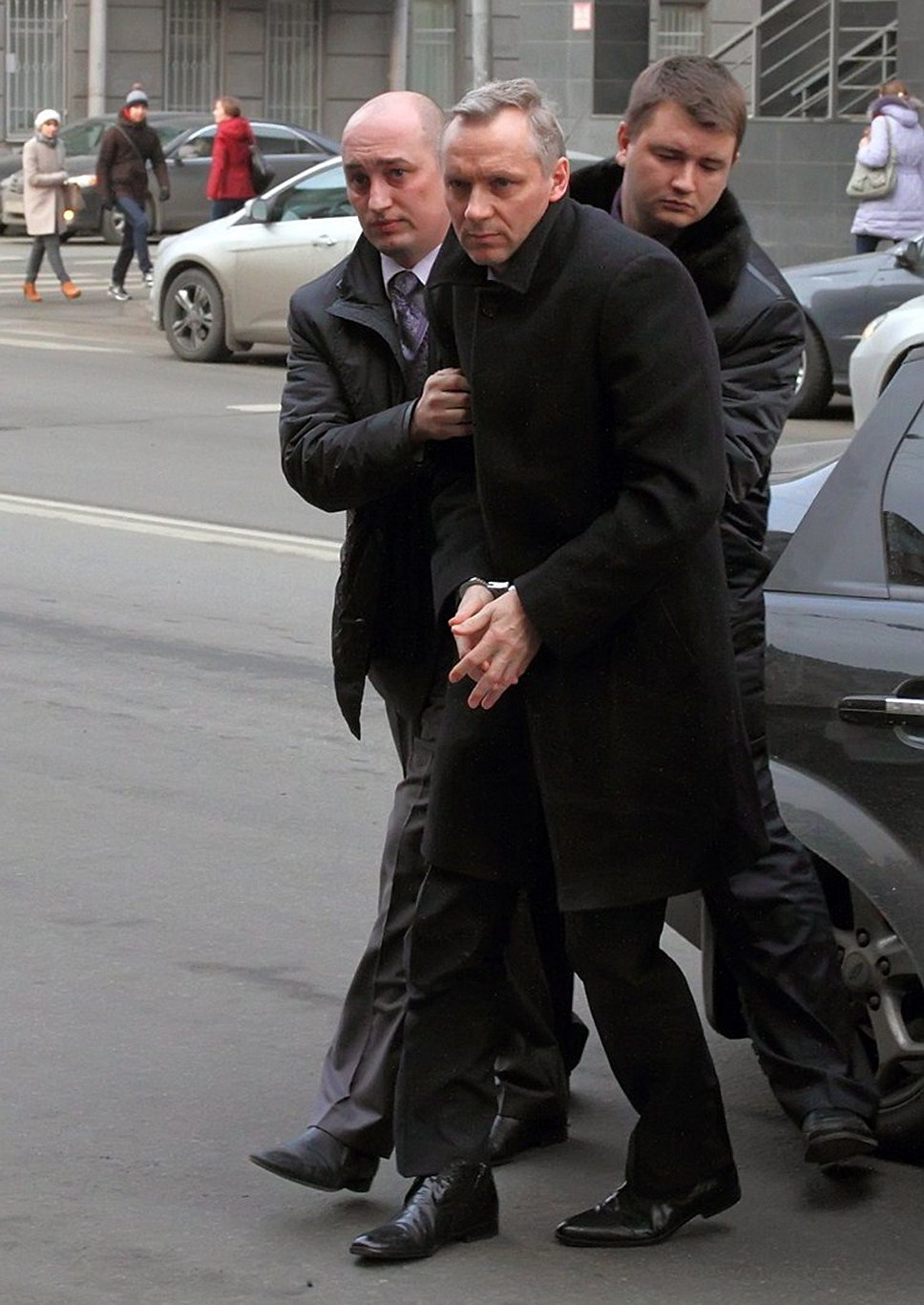 Андрей Лялин (в центре) обвиняется в мошенничестве при переезде Военно-морского музея в Крюковы казармы