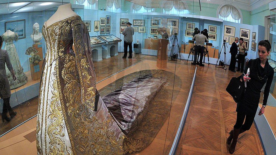 Парадные платья русских цариц позволяют заглянуть в те времена, когда мода еще не была массовой, но уже требовала больших средств