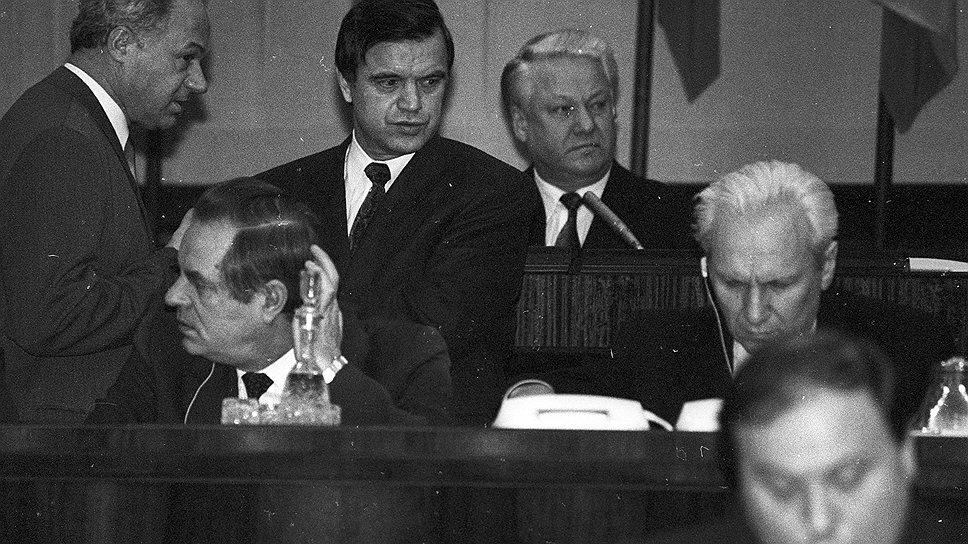 Конституционный кризис, который сделал врагами Руслана Хасбулатова и Бориса Ельцина (в центре), начался, после того как Верховный совет отказался утвердить Егора Гайдара (справа) на посту премьер-министра
