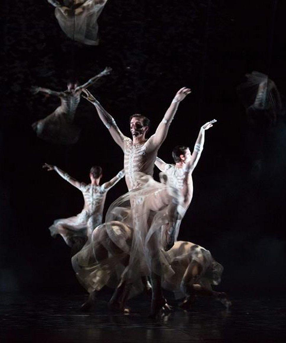 Костюмы для балета были созданы Мариной Абрамович совместно с арт-директором Givenchy Рикардо Тиши — получились барочные скелеты