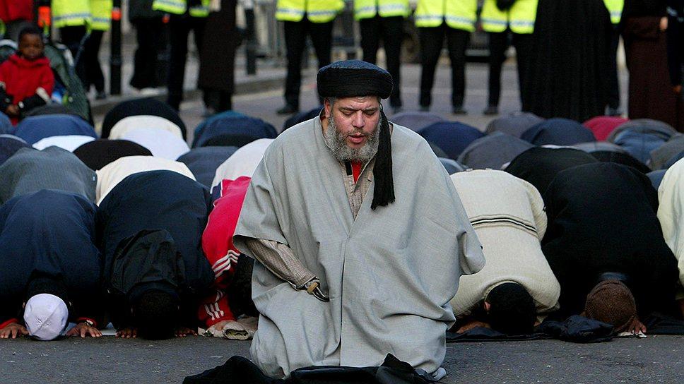 Власти стран ЕС решили бороться с такими вдохновителями джихада, как британский проповедник, взявший себе имя Абу Хамза (на фото)
