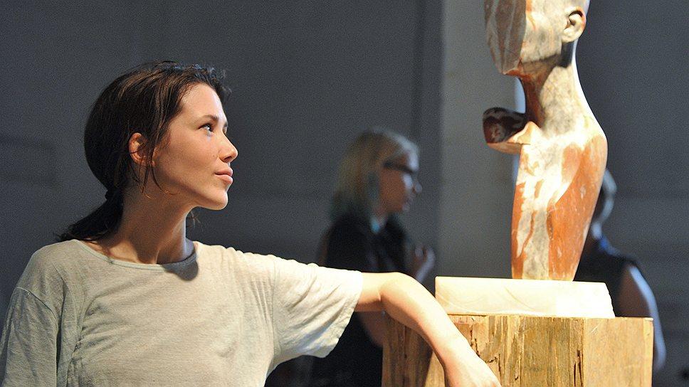 """Участница Венецианской биеннале 2011 года Анна Титова (на фото) на выставке """"Ритуалы сопротивления"""" в """"Проекте """"Фабрика"""""""" сталкивает благородный мрамор и грубую ткань"""