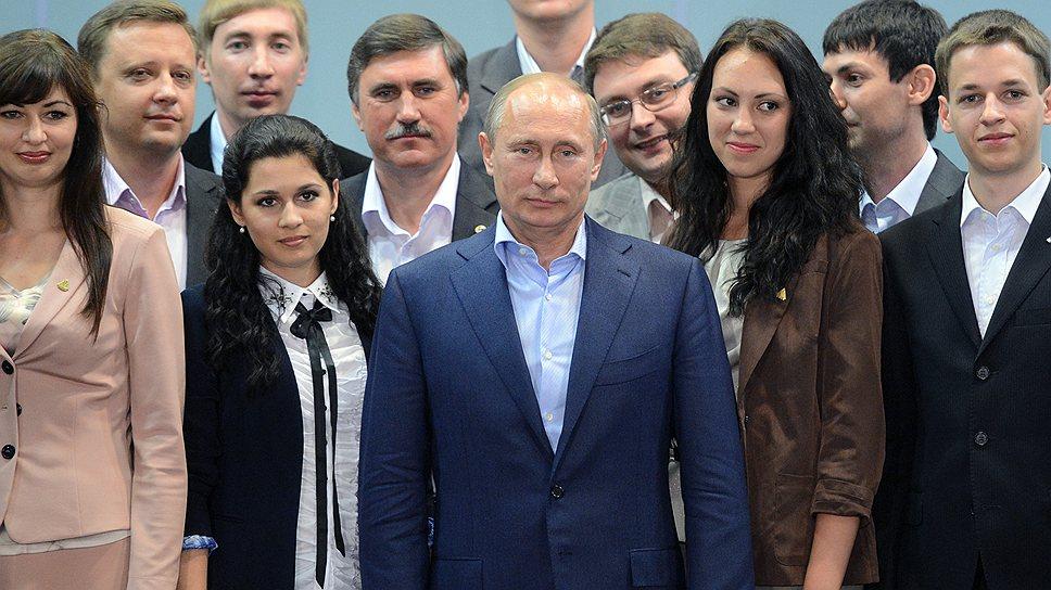 После разговора с Владимиром Путиным студенты и преподаватели Южного федерального университета не отказали ему в удовольствии сфотографироваться с ним