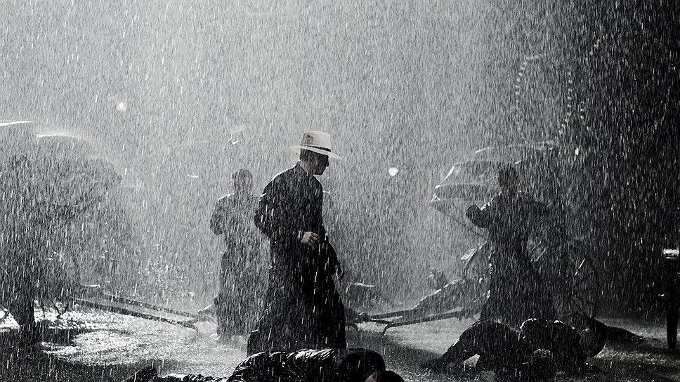Фирменное умение красиво печалиться не покидает Вонга Карвая даже в сценах драк под дождем