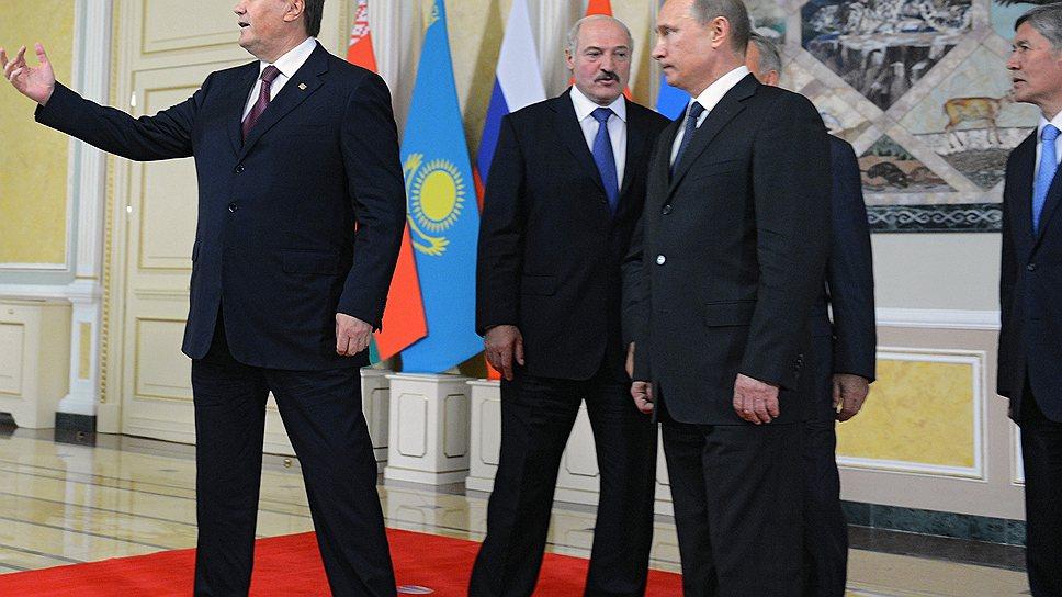 Общаясь с лидерами стран Таможенного союза, президент Украины Виктор Янукович (слева) не забывал о далеком ЕС