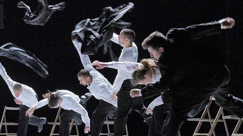 Гастроли Batsheva Dance Company открылись зажигательным стриптизом всей труппы