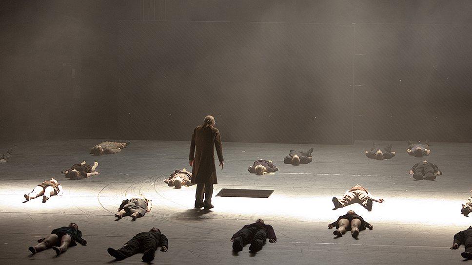 Смерть Джульетты и Ромео выкосила весь город, и Правителю (Никлас Эк) остается только констатировать этот факт