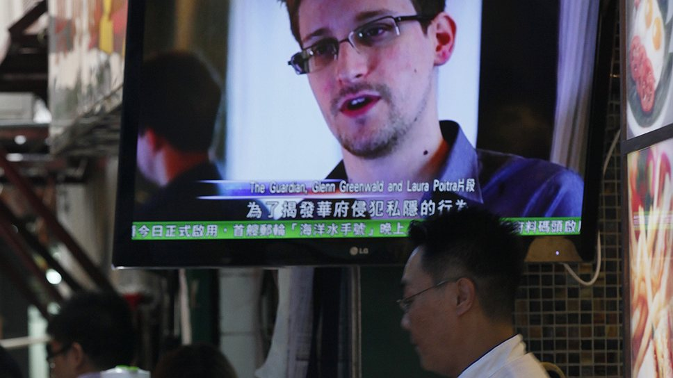 Громкий скандал, вызванный действиями сотрудника компании Booz Allen Hamilton Эдварда Сноудена (на экране), работавшего на Агентство национальной безопасности, сделал администрацию Обамы ответчиком по делу о нарушении Конституции США