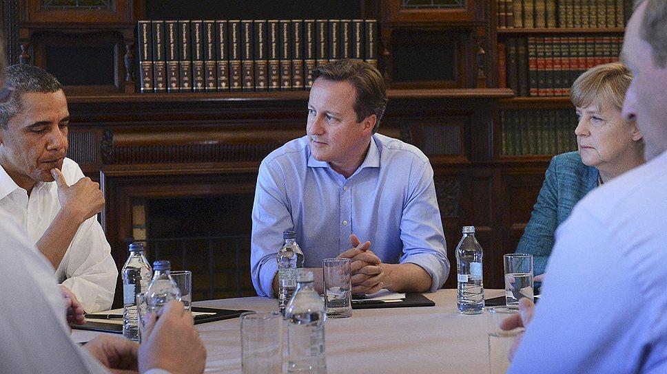 Премьер-министр Великобритании Дэвид Камерон (в центре), президент США Барак Обама (слева) и федеральный канцлер Германии Ангела Меркель