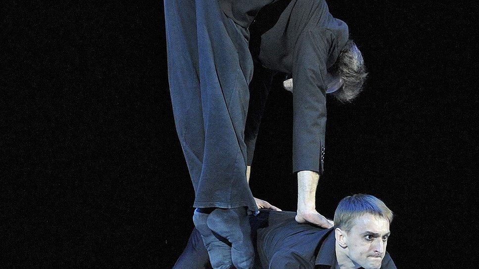 В номере-победителе герой (Владимир Дорохин — внизу) стойко переносит собственную Лень (Олег Габышев)