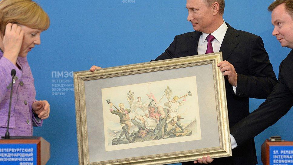 Подарив Ангеле Меркель литографию XIX века, посвященную установлению торговых отношений между Россией и Германией, Владимир Путин еще полминуты не мог расстаться с этой картиной и держал ее, не отдавая немецкому канцлеру