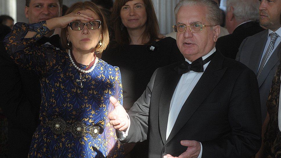 Михаил Пиотровский протягивал руку каждому гостю бала (с Екатериной  Сираканян — слева)