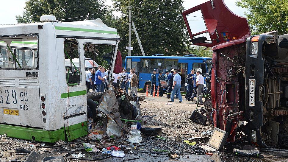 Как грузовик разорвал автобус с пассажирами