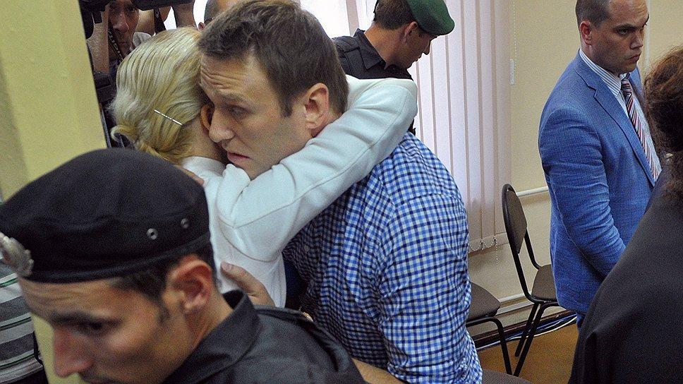 Во время чтения приговора Алексей Навальный выглядел уверенно и даже шутил, но после приговора был несколько сдержаннее